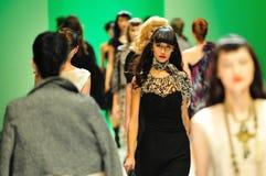 Modèles présentant des conceptions d'Alldressedup chez Audi Fashion Festival 2011 Photographie stock libre de droits