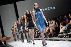 Modèles présentant des conceptions d'Alldressedup chez Audi Fashion Festival 2012 Image libre de droits