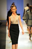 Modèles présentant des conceptions par Antonio Berardi chez Audi Fashion Festival 2011 Images libres de droits