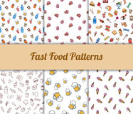 Modèles sans couture tirés par la main colorés d'aliments de préparation rapide réglés Photos stock