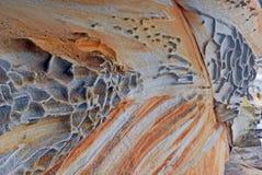 Modèles sur le grès côtier superficiel par les agents Photographie stock libre de droits