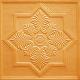 Modèles sur les feuilles de gypse de plafond de fleurs oranges Photographie stock libre de droits