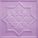 Modèles sur les feuilles de gypse de plafond de fleurs violettes Photo stock