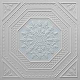 Modèles sur les feuilles de gypse de plafond de fleurs blanches Photos stock