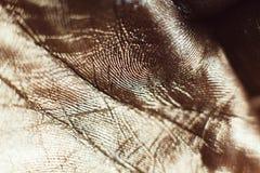 Modèles sur les paumes humaines d'or en gros plan Photo stock