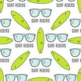Modèles surfants Conception sans couture d'été avec des verres de surfer, planches de surf Photographie stock libre de droits