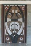 Modèles traditionnels sur les portes d'un tribal de naga chez Khonoma, Nagaland, Inde image stock