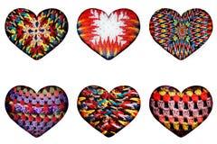 Modèles tricotés ethniques de différentes formes sous forme de coeurs d'isolement dans le fond Photo libre de droits
