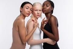 Modèles utilisant des camisoles posant pour la magazine de diversité image libre de droits