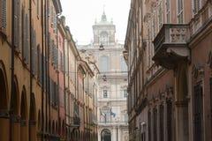 Modène - rue avec le portique Photo stock