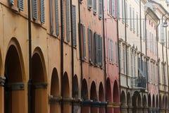 Modène - rue avec le portique Image stock