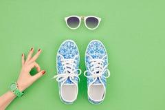 Mod akcesoria ustawiający strój Ok gest minimalizm obrazy royalty free