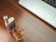 MOD della batteria di Ecig più il vetro del whiskey Fotografia Stock