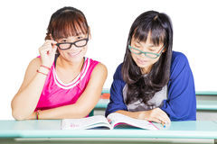 Mod dziewczyny uczy się przy sala lekcyjną obrazy royalty free