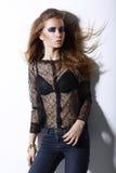 MOD joven ultramoderna de la hembra en tejanos y maquillaje de moda vivo. Glamour Foto de archivo libre de regalías