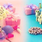 Mod kobiet akcesoriów kosmetyków kwiatów bukieta prezenta pudełka łęku koktajl na różowego tło odgórnego widoku gradientowego błę obraz stock