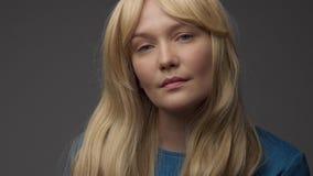 Mod?le blond nordique dans le studio avec la lumi?re sup?rieure dramatique Long cheveu blond banque de vidéos