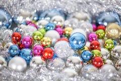 Mod?le de No?l et de nouvelle ann?e, ornement des boules et de la tresse d?coratives en verre multicolores lumineuses, lumi?res e photographie stock libre de droits