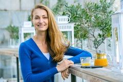 Młoda ładna kobieta cieszy się filiżankę herbata Zdjęcia Royalty Free