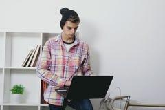Moda adolescente con el ordenador portátil Imagenes de archivo