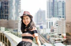 Moda adolescente con mirada del sombrero en la cámara Imagen de archivo libre de regalías