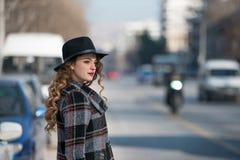 Moda adolescente en ciudad Fotos de archivo libres de regalías