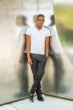 Moda afroamericana joven de la calle del hombre en Nueva York Imagen de archivo libre de regalías