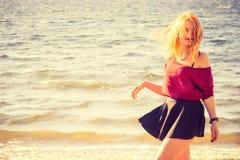 Moda al aire libre feliz de la forma de vida de la mujer que camina joven Imagen de archivo