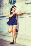 Moda americana joven de la calle del verano de la mujer en Nueva York Imagenes de archivo
