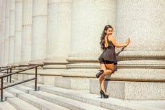 Moda americana joven de la calle del verano de la mujer en Nueva York Foto de archivo