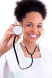 Młoda amerykanin afrykańskiego pochodzenia lekarka z stetoskopem - murzyni Zdjęcia Stock