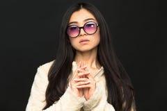 Moda azjata modela kobieta w okularach przeciwsłonecznych w studiu Zdjęcia Stock