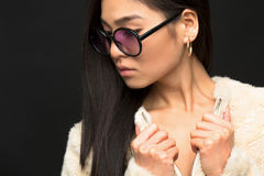 Moda azjata modela kobieta w okularach przeciwsłonecznych w studiu Zdjęcie Royalty Free