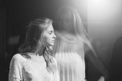 Moda, belleza y concepto femeninos del anuncio Muchacha bonita y maniquí femenino en ventana de la tienda Imagenes de archivo