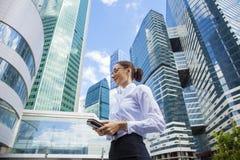 Młoda biznesowa kobieta na tle drapacze chmur Zdjęcie Royalty Free