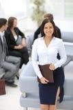 Młoda biznesowej kobiety pozycja z jej kolegami w tle a Obrazy Stock