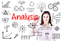 Młoda biznesowej kobiety writing dane analiza Odizolowywający na bielu Zdjęcia Royalty Free