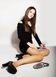 Moda biznesu piękne młode kobiety w czerni sukni z akcesoriami troszkę, trzyma pustego wina szkło Obrazy Stock