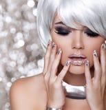 Moda blondynów dziewczyna. Piękno portreta kobieta. Biały Krótki włosy. Iso Zdjęcia Stock