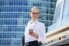 Młoda brunetki kobieta dzwoni telefonem Zdjęcia Stock
