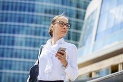 Młoda brunetki kobieta dzwoni telefonem Zdjęcie Stock