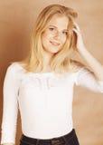 Młoda chłodno blong nastoletnia dziewczyna bałaganił z jej włosy ono uśmiecha się Obrazy Royalty Free