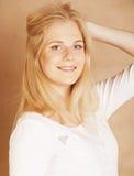 Młoda chłodno blong nastoletnia dziewczyna bałaganił z jej włosy ono uśmiecha się Obrazy Stock