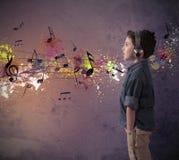 Młoda chłopiec słucha muzyka Zdjęcia Royalty Free