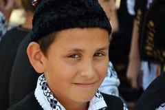 Młoda chłopiec ubierał w Rumuńskim tradycyjnym ludowym kostiumu Zdjęcia Royalty Free