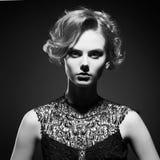 Moda czarny i biały portret piękna kobieta Zdjęcia Royalty Free