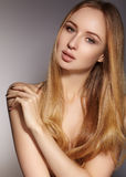 Moda długie włosy piękna blondynka dziewczyna Zdrowy prosty błyszczący włosiany styl Piękno kobiety model Gładka fryzura fotografia stock