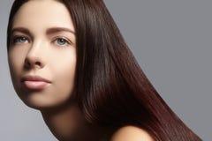 Moda długie włosy Piękna brunetki dziewczyna, Zdrowy prosty błyszczący włosiany styl Piękno kobiety model Gładka fryzura zdjęcie royalty free