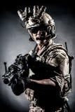 Moda de la ametralladora del control del hombre del soldado Imagenes de archivo