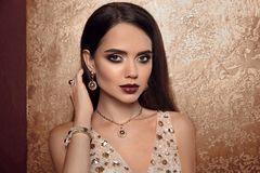 Moda de la joyería Mujer en joyas de lujo Encanto Wi modelo femenino foto de archivo